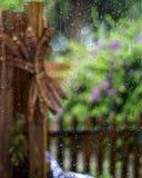 在窗口五颜六色的庭院的水 免版税库存照片