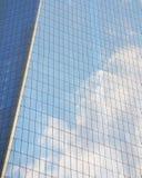 在窗口反映的多云天空 免版税库存图片