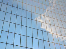 在窗口反映的多云天空 库存图片