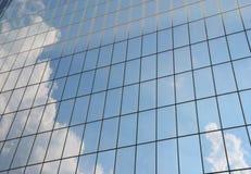 在窗口反映的多云天空 免版税库存照片