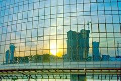 在窗口反映的现代大厦 免版税库存图片