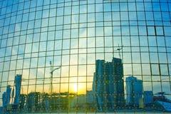 在窗口反映的现代大厦 免版税库存照片