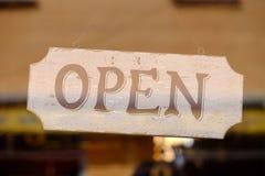 在窗口后打开商店的标志 免版税图库摄影