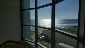 在窗口后的坎昆海滩 免版税库存照片