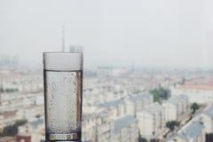在窗口基石的杯子 免版税库存照片