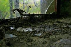 在窗口基石的残破的玻璃 库存图片