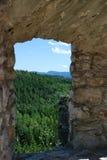 在窗口外面的看法在城堡斯洛伐克 库存照片