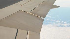 在窗口外面的飞机翼 影视素材