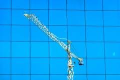 在窗口大厦的起重机反射 免版税库存照片
