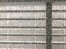 在窗口投下的雨 免版税图库摄影