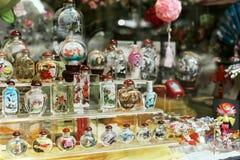 在窗口显示的五颜六色的被绘的瓶在旧金山,加利福尼亚 免版税库存图片
