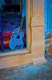 在窗口显示的蓝色吉他 库存图片