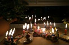 在窗口架子点燃的Hanukka candeles 免版税库存图片