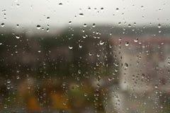 在窗口特写镜头的雨下落 库存照片
