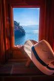 在窗口的一个帽子有一个看法在危地马拉 库存照片