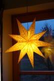 在窗口的光亮的星 库存照片