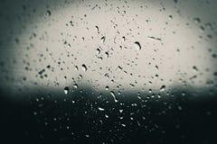 在窗口的冬天雨 库存照片