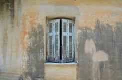 在窗口的半闭的快门 免版税库存照片