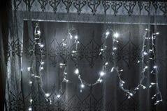 在窗口的圣诞节装饰诗歌选 免版税库存照片