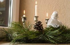 在窗口的圣诞节装饰 免版税库存照片