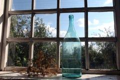 在窗口的大瓶 库存图片