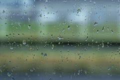 在窗口的抽象墙纸雨珠浪花泡影结露 免版税库存图片
