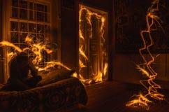 在窗口的抽象烟花火焰freezelight 在火的公寓在夜间 火概念 阿塞拜疆 免版税库存图片