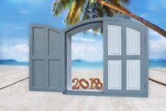 在窗口的木第2018年在热带海滩背景 库存照片