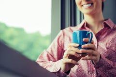 在窗口的松弛咖啡休息 免版税图库摄影
