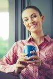 在窗口的松弛咖啡休息 库存图片