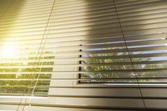 在窗口的水平的窗帘 免版税库存照片
