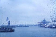 在窗口的汉堡雨珠 免版税库存照片