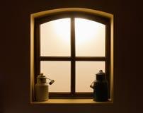 在窗口的牛奶罐头 库存图片