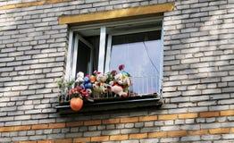 在窗口的玩具 免版税库存图片