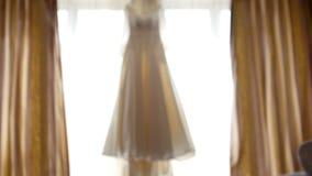 在窗口的美丽的婚礼礼服在新娘` s室,机架焦点 股票录像