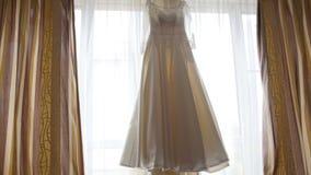 在窗口的美丽的婚礼礼服在新娘` s室 股票录像