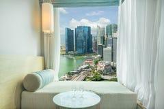 在窗口的美好的新加坡市视图在旅馆,小游艇船坞海湾,罪孽里 库存图片