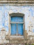 在窗口的老木快门与残破的单块玻璃 免版税库存照片