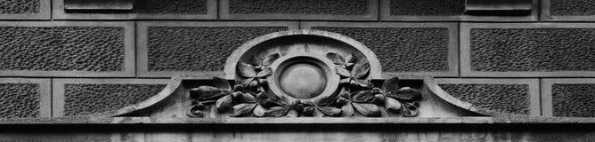 在窗口的花卉装饰 免版税图库摄影