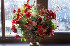 在窗口的花的布置 图库摄影