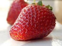 在窗口的草莓 图库摄影
