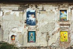 在窗口的街道画在大教堂旁边,布拉索夫, Slova 免版税库存照片
