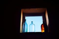 在窗口的装饰瓶 免版税库存照片