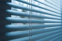 在窗口的闭合的塑料窗帘与反射 免版税库存图片