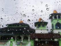 在窗口的雨下落 免版税库存图片