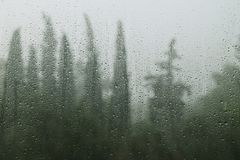 在窗口的雨天雨珠 图库摄影