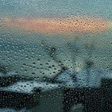 在窗口的雨珠 免版税库存图片