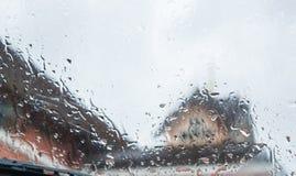 在窗口的雨珠 免版税库存照片