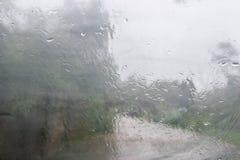 在窗口的雨珠 库存图片