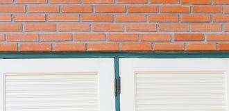 在窗口边缘的红砖墙壁 库存照片